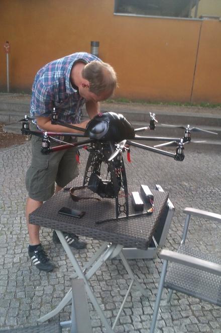 Während des Fluges ist ein Rotor verloren gegangen. In der Luft kann die Elektronik das ausgleichen. Am Boden  repariert Fabian den Kopter.