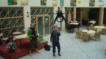 Testflug im Innenraum: Oktokopter im Hotel in Rheinsberg